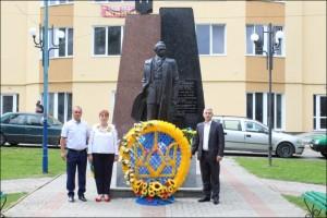Покладання квітів до памятника Степану Бандері